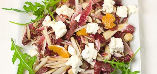 Roodloofsalade met geitenkaas en hazelnoten