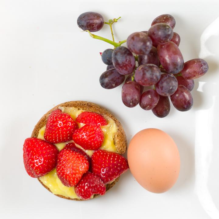 Beschuitje met lemoncurd en aardbeien