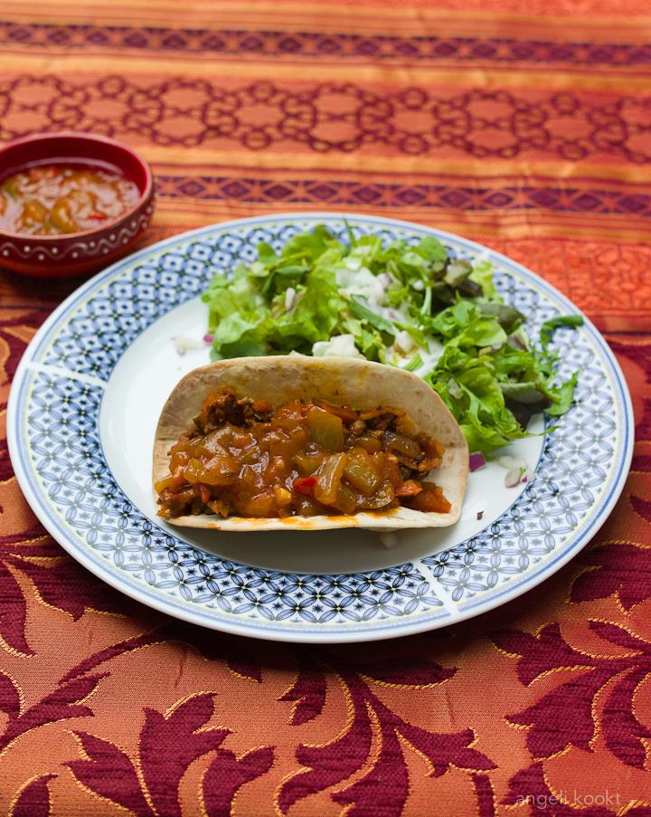 tacoschelpen-met-gehaktvulling-en-paprikasaus