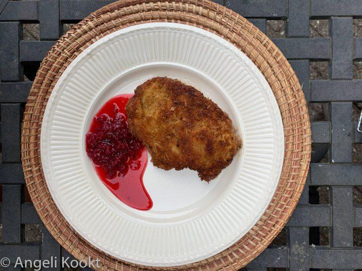Kipschnitzel met rodebessencompote