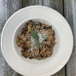 Salade met geitenkaas en gesuikerde walnoten